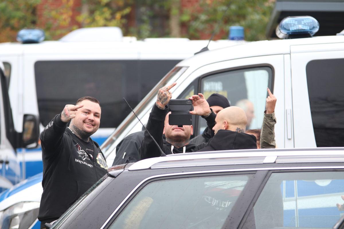 """Björn Siegling von Bloodline (1.v.l., im Shirt der Neonaziband """"Hermunduren"""") und Mario Haag von Magoo (mittig m. Handy) beim """"Schild & Schwert"""" in Ostritz. (Foto: Endstation Rechts)"""